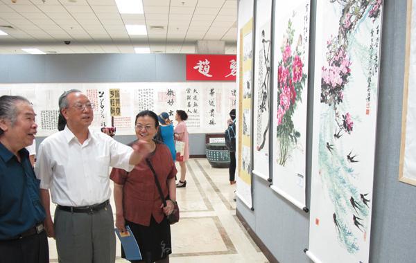 全国政协原副秘书长、北京世纪名人国际书画院院长张道城(中)交流